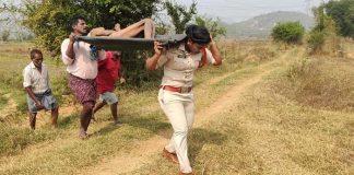 woman SI in srikakulam performs final rites of old man