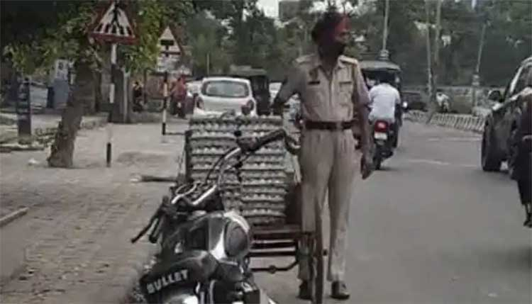 police head constable theft eggs from road side vendor