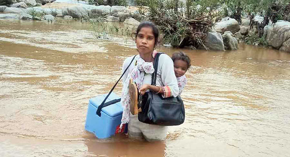 jharkhand health worker crosses river to give vaccine