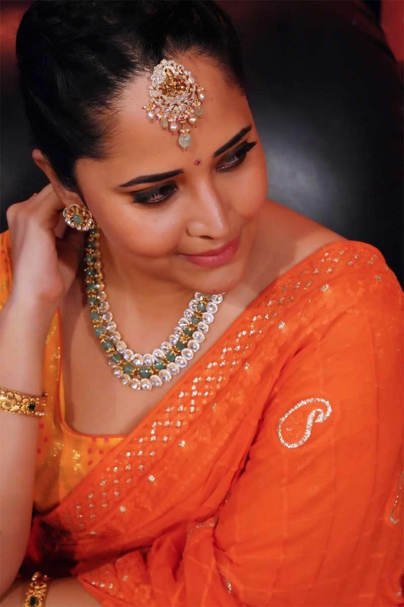 Anasuya Bharadwaj orange saree pics